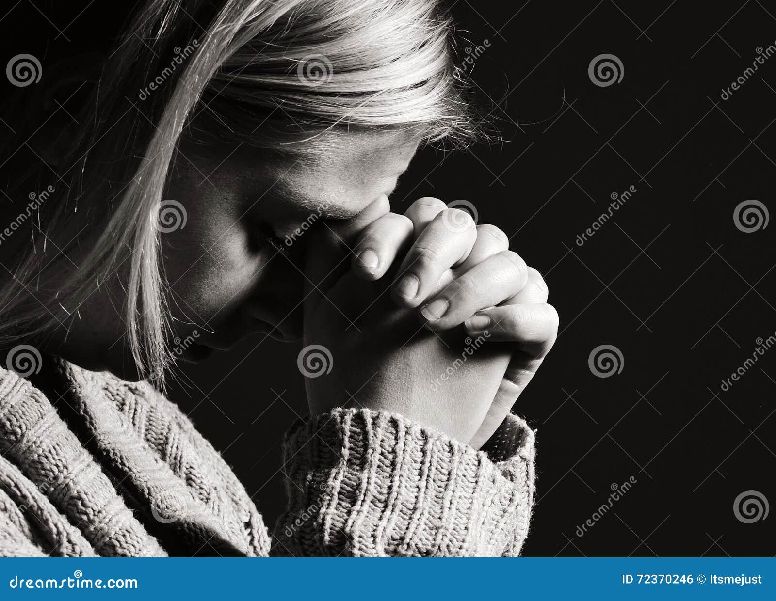 祈祷的妇女