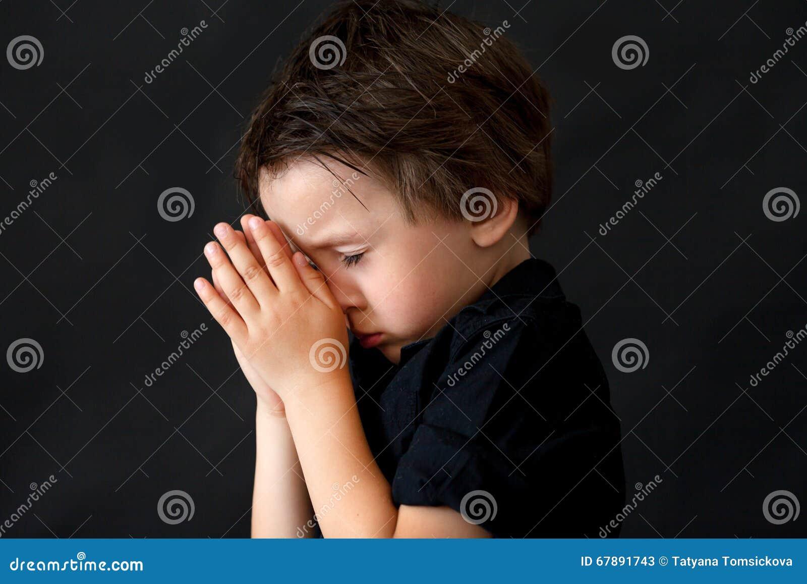 祈祷的小男孩,祈祷的孩子,被隔绝的背景
