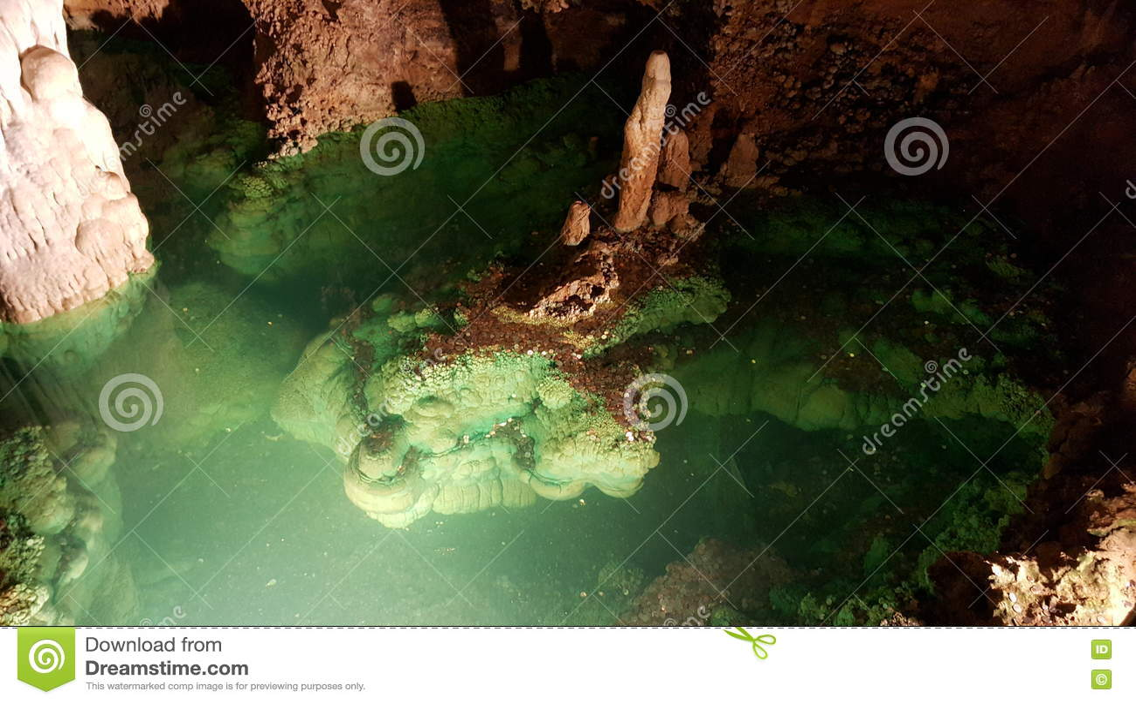 祝愿水池和专栏在Luray洞穴,弗吉尼亚