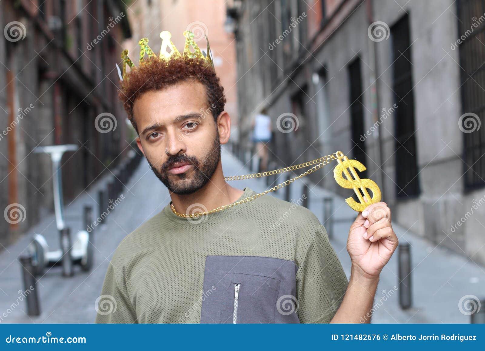 神气活现的人佩带的冠和美元标志项链