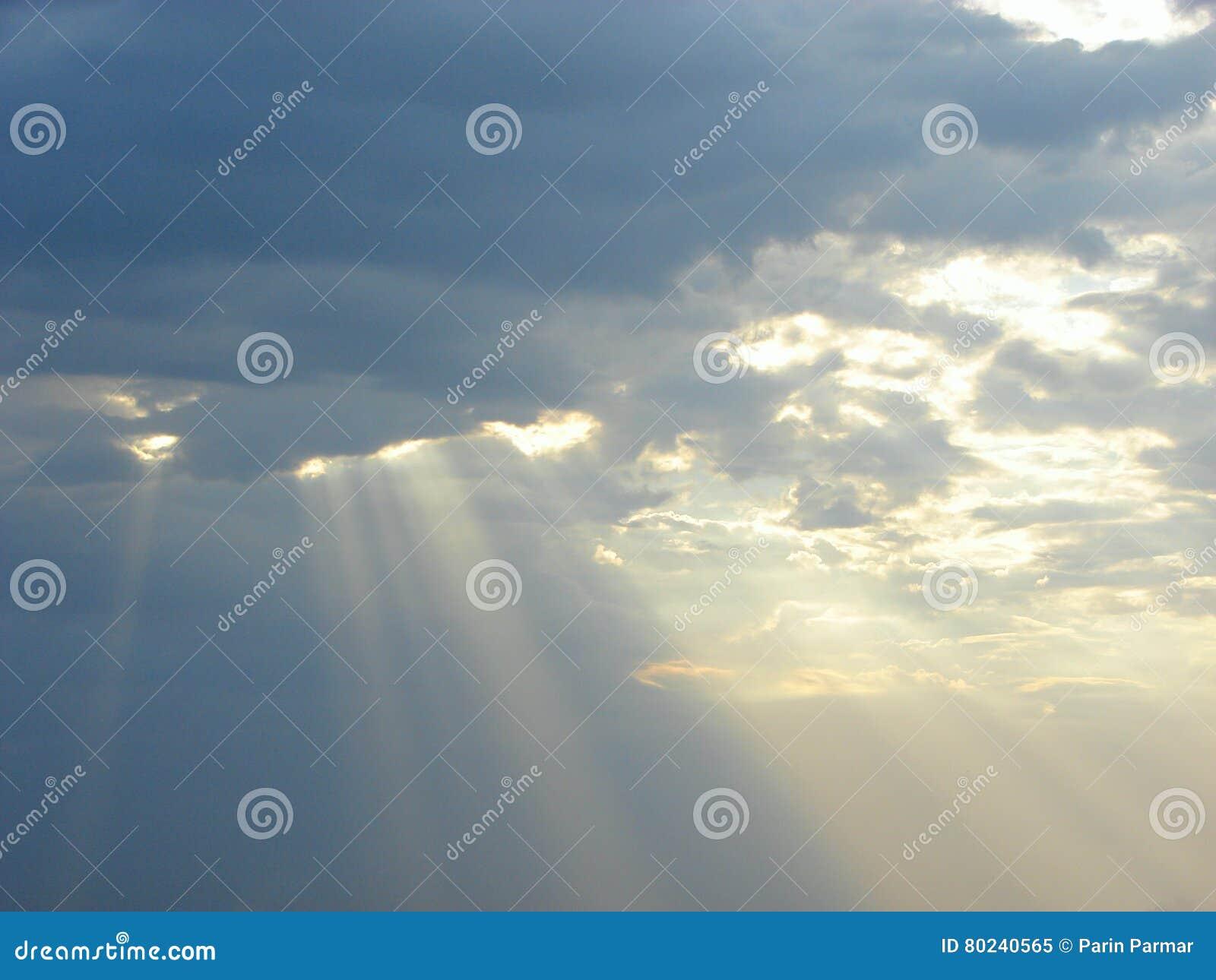 神的祝福-太阳光芒下降从天空的通过云彩