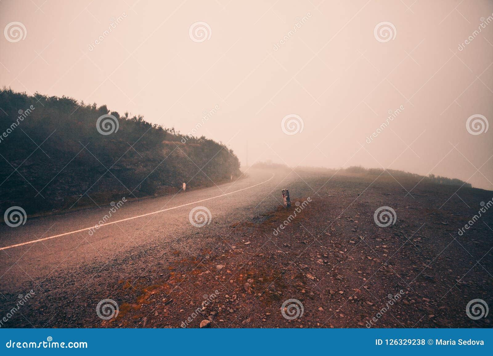 神秘的有雾的路