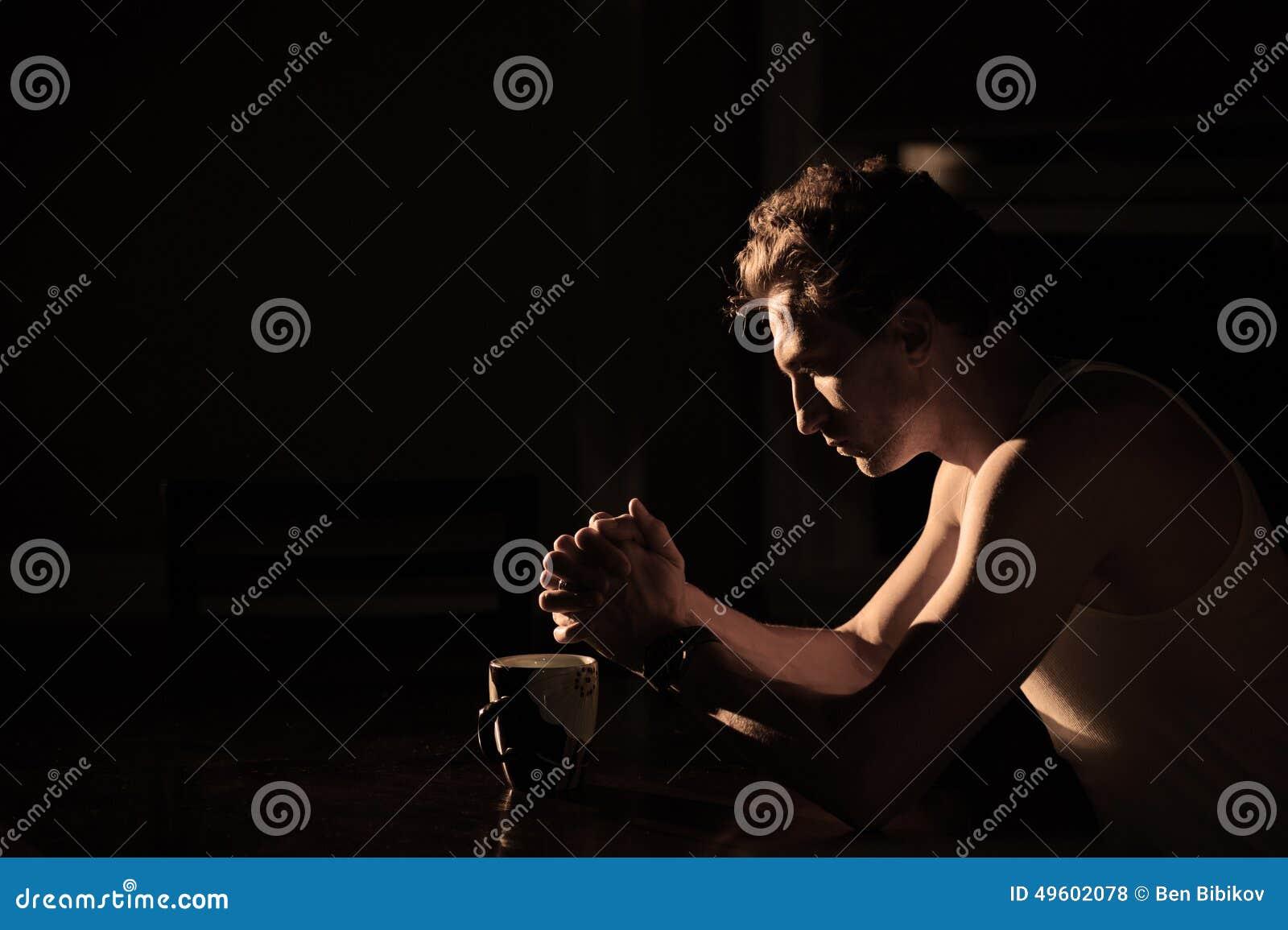 祈祷在桌的人.
