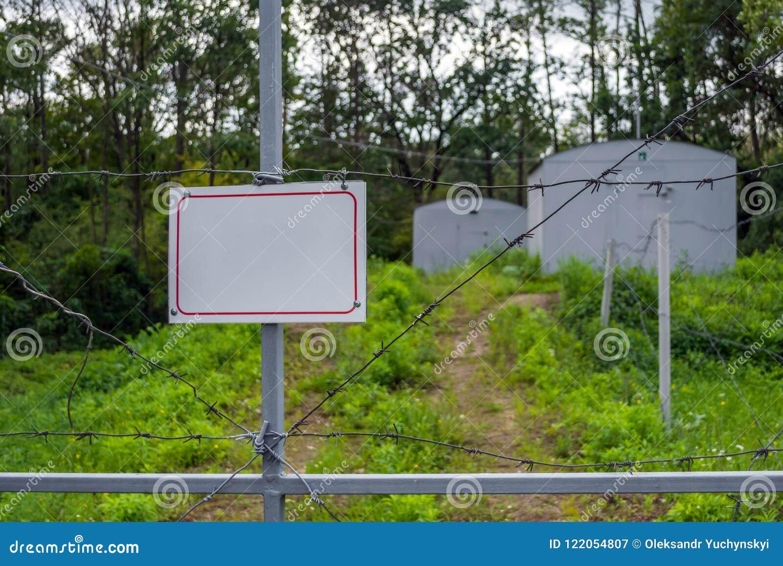 禁止的区域操刀与铁丝网篱芭 有挂锁的门被关闭对钥匙 状态边界