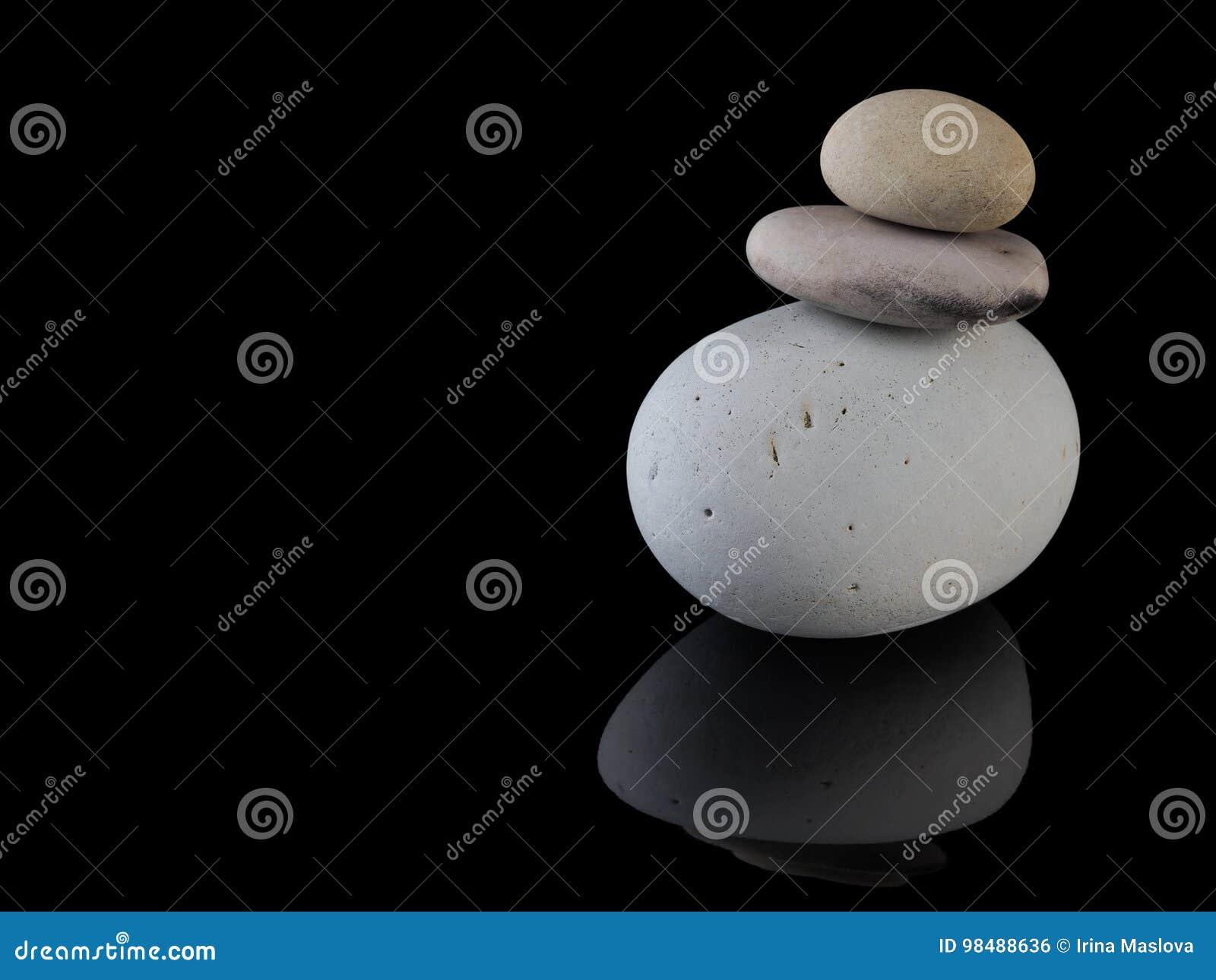 禅宗向在堆留心的岩石温泉扔石头