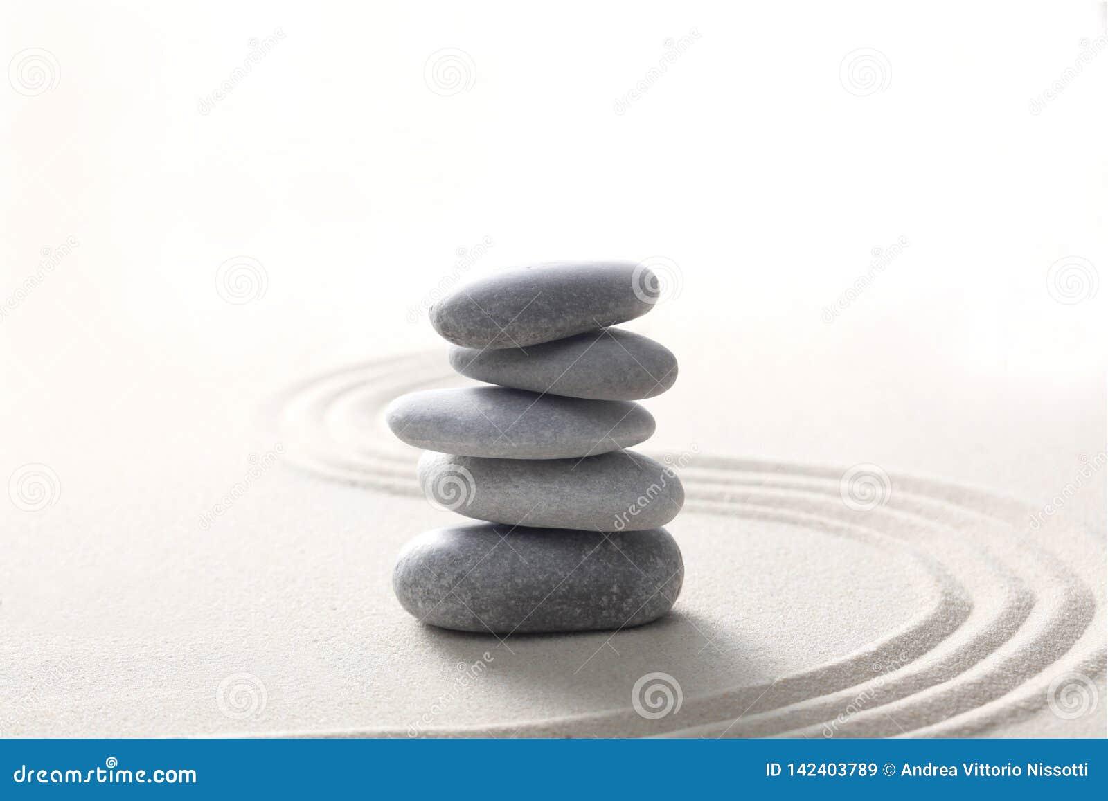 禅宗石头概念,灰色石头在与拷贝空间的沙子堆了您的文本的