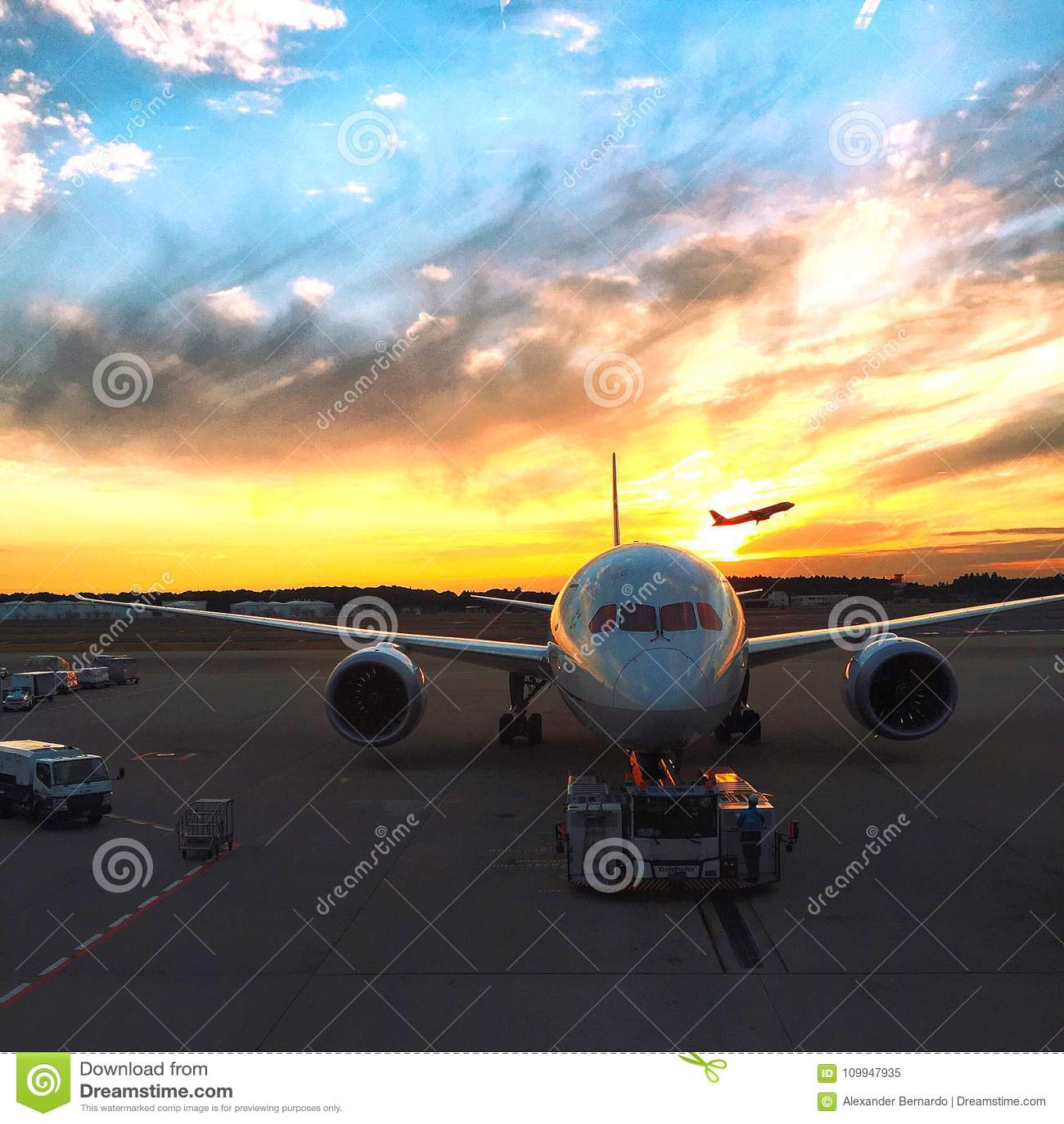 离开在成田空港的商业喷气机