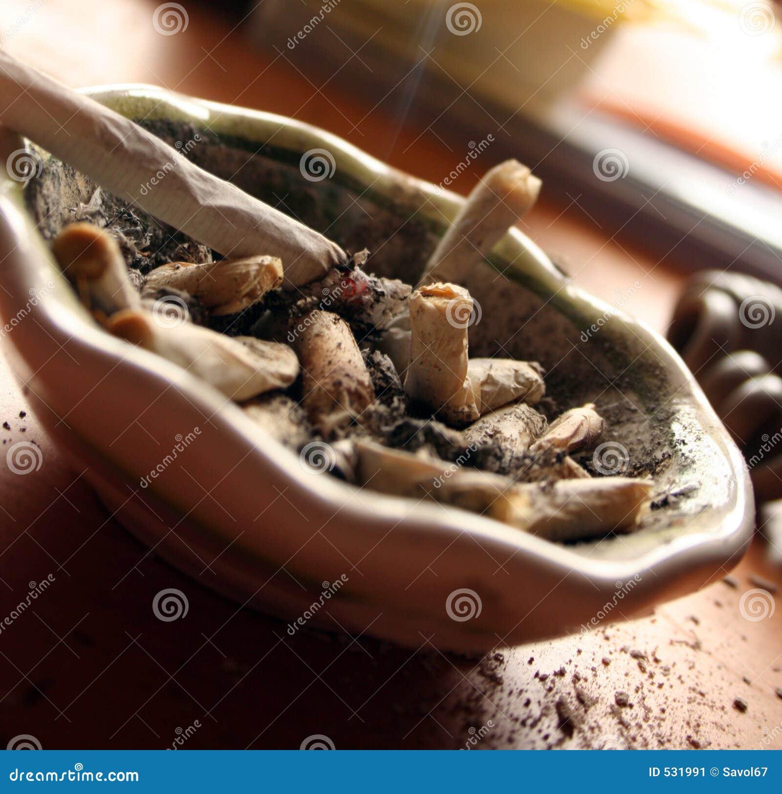 Download 离开的抽烟 库存图片. 图片 包括有 ashame, 离开, 健康, 憎恶, 抽烟, 杂乱, ashly, 风险 - 531991