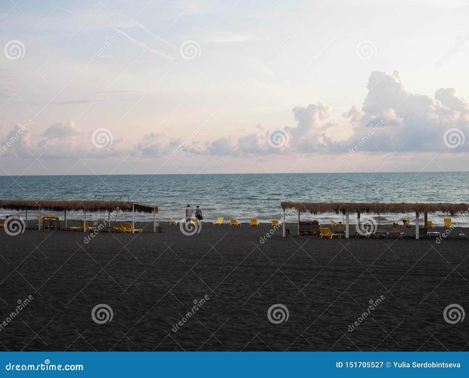 离开的海滩在有黑沙子的乔治亚 对俄罗斯的制裁 游人缺席季节中 乔治亚,