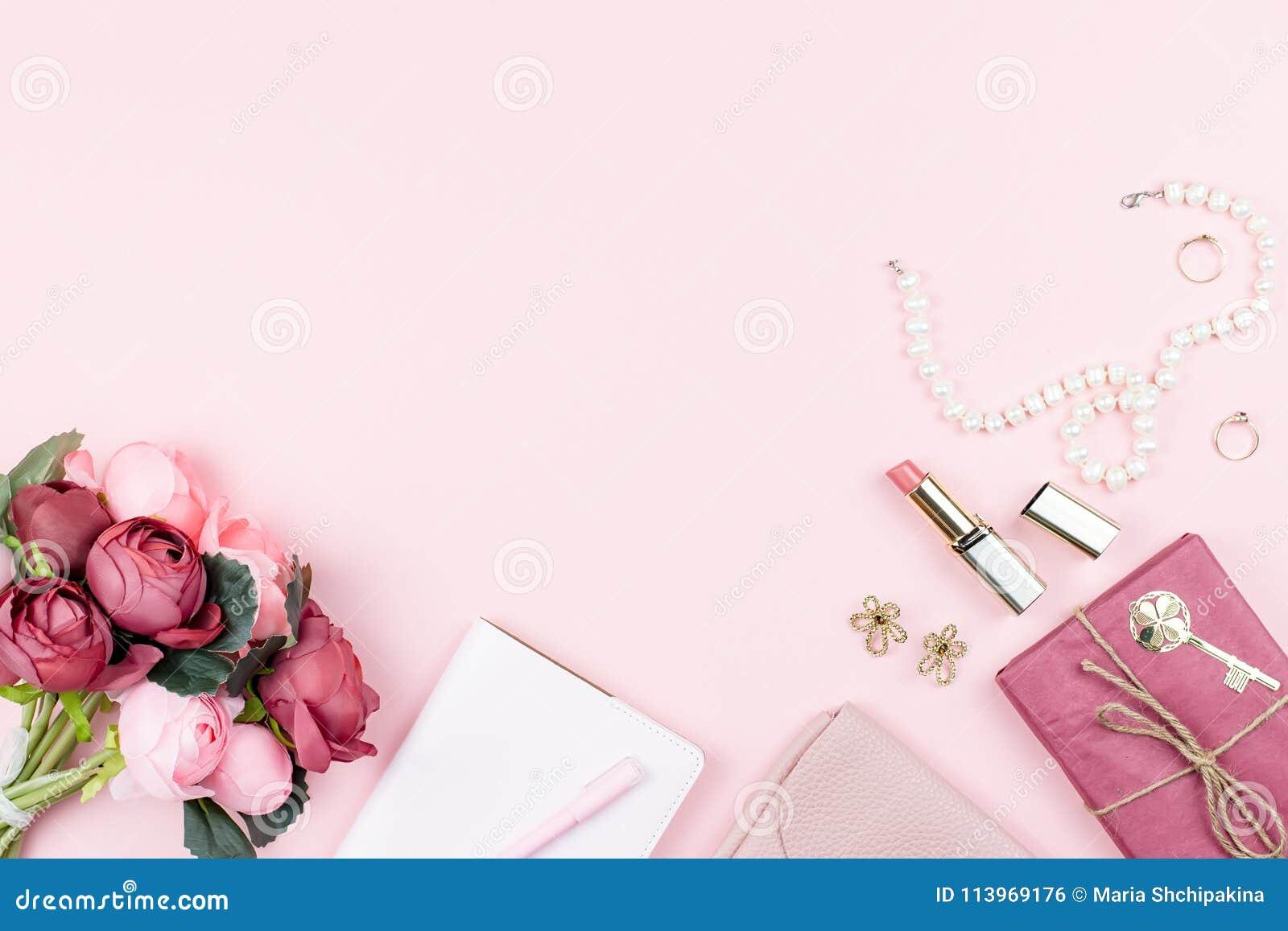 秀丽博克概念舱内甲板位置 时装配件,花,化妆用品,在桃红色背景, copyspace的首饰