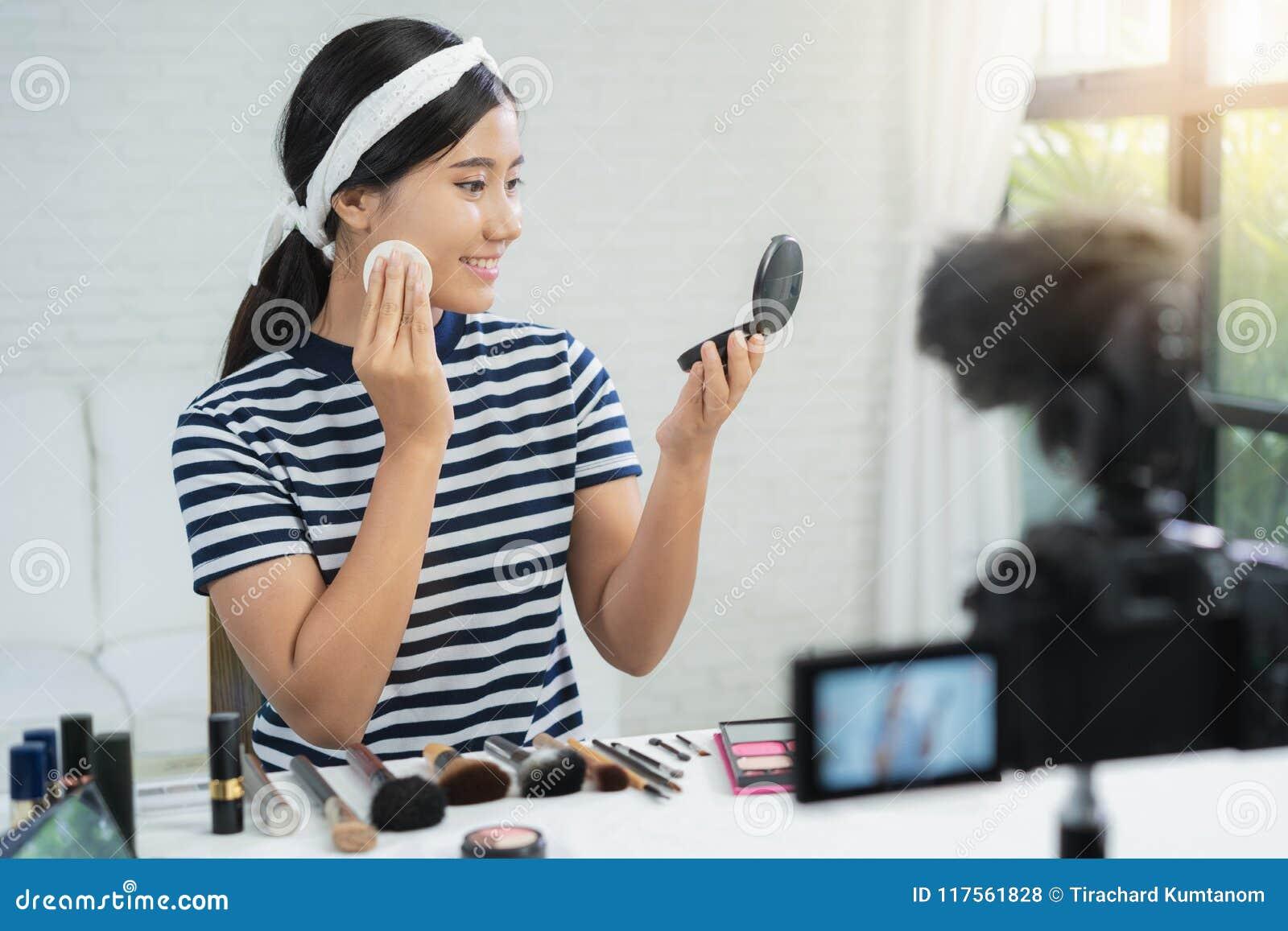 秀丽博客作者礼物秀丽化妆用品,当坐在记录的录影的时前面照相机 美丽的妇女用途粉末