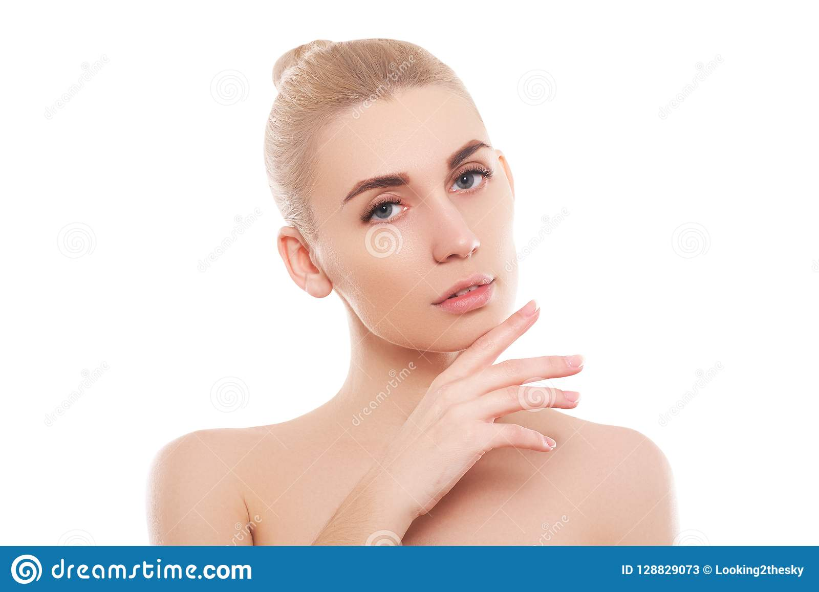 秀丽妇女面孔画象 有完善的新鲜的干净的皮肤的美丽的温泉模型女孩