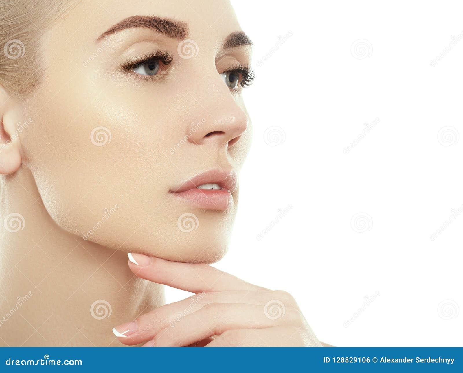 秀丽妇女面孔画象 有完善的新鲜的干净的皮肤的美丽的温泉模型女孩 白肤金发的女性看的照相机和微笑 Y