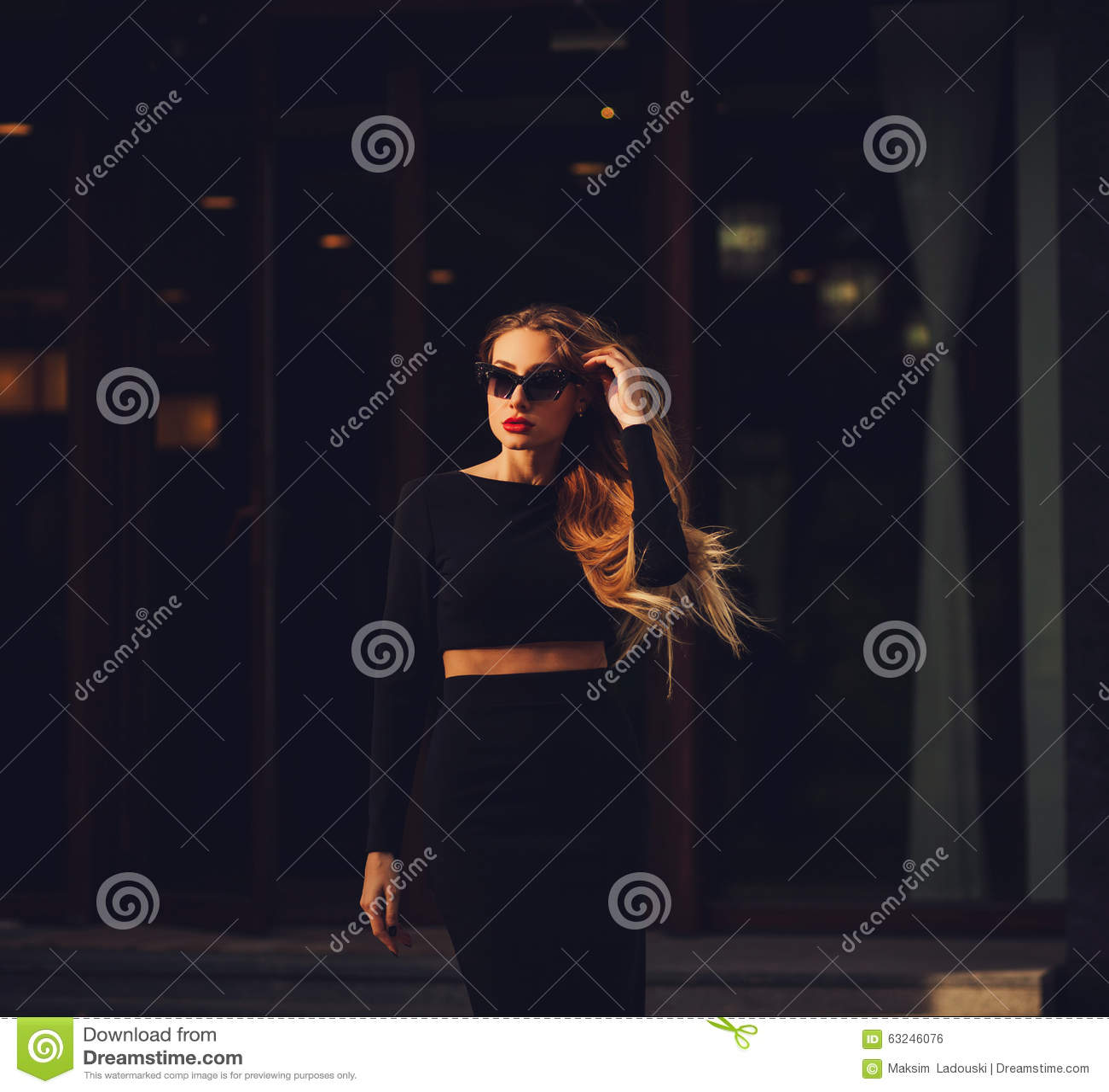 秀丽室外时装模特儿的女孩