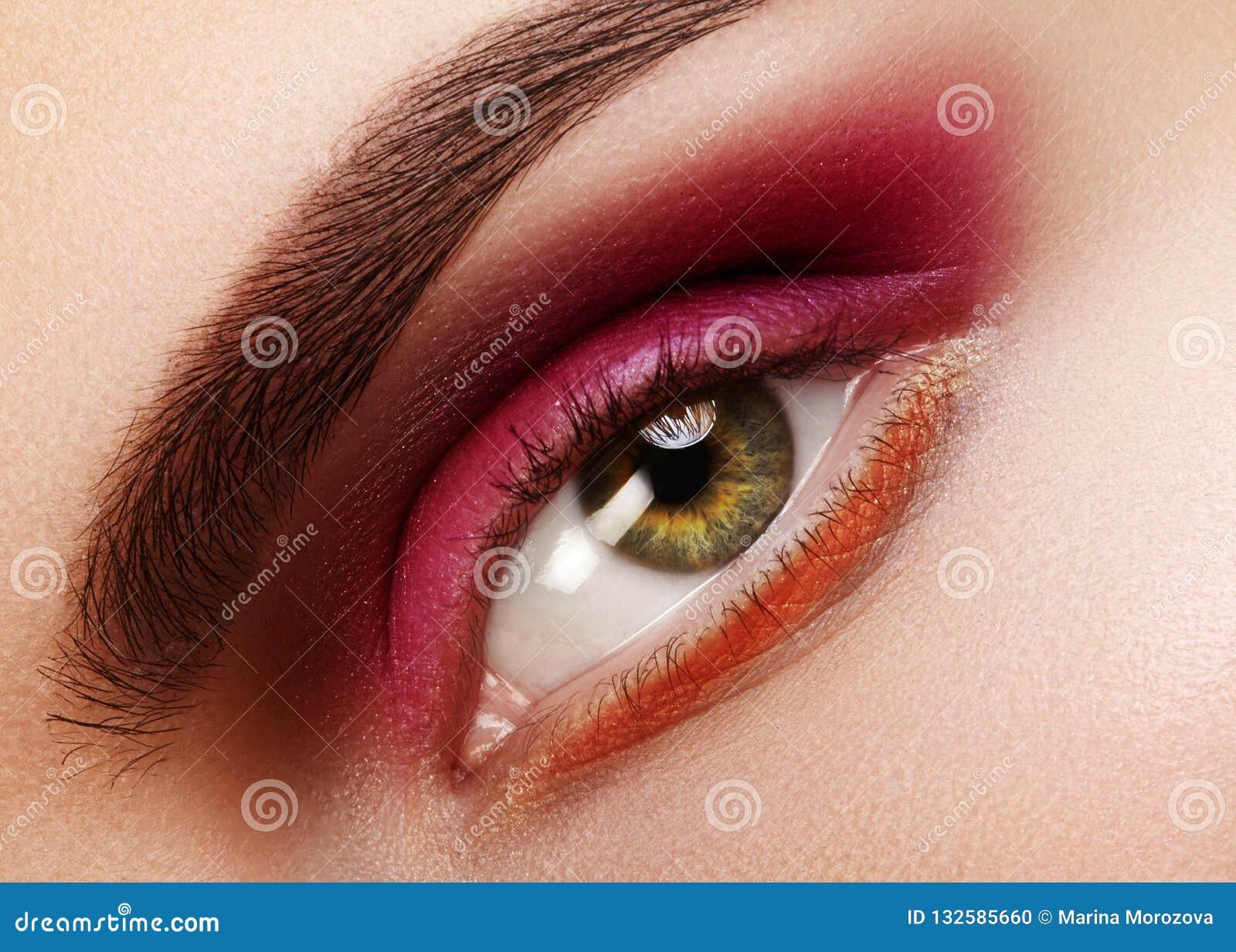秀丽特写镜头美丽的女性眼睛 庆祝与红色眼影膏的时尚构成 圣诞节或情人节构成