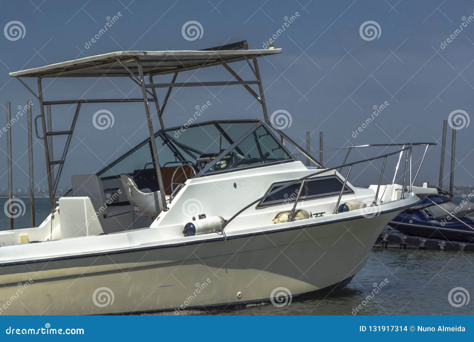 私有消遣小船一般外视图,被停止在海滩在Mussulo海岛
