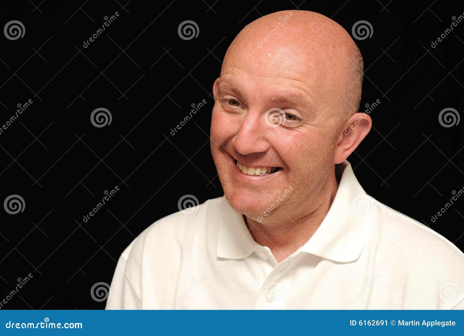 秃头咧嘴笑的人