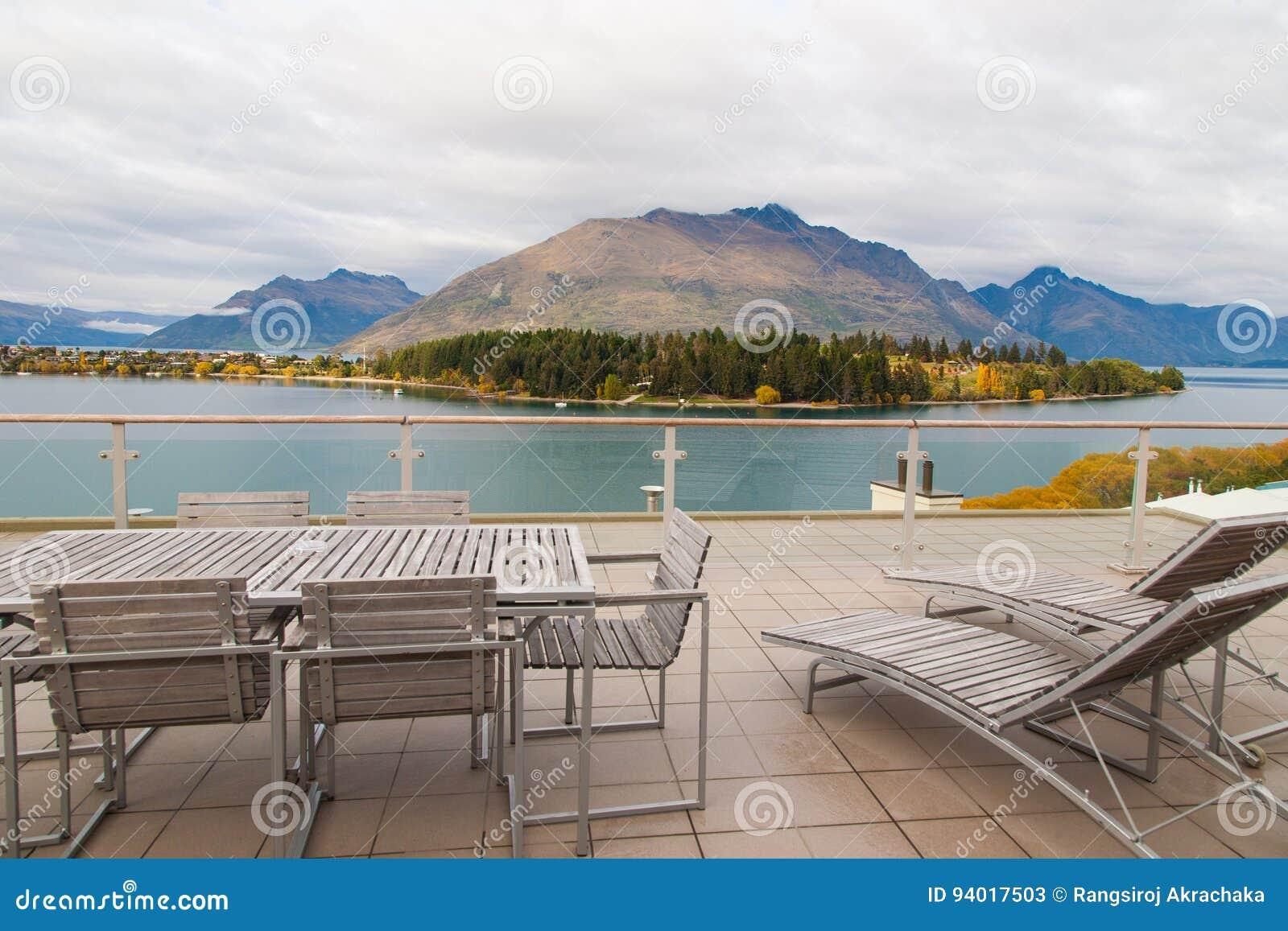 秋叶湖和山全景视图在昆斯敦,新西兰