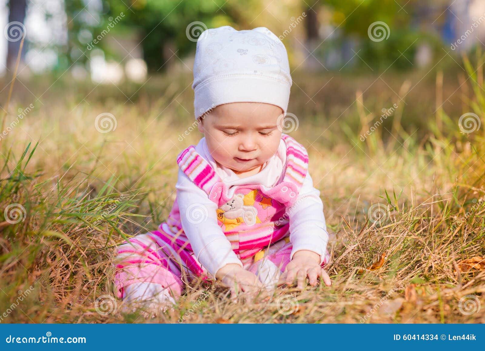 秋叶的逗人喜爱的婴孩