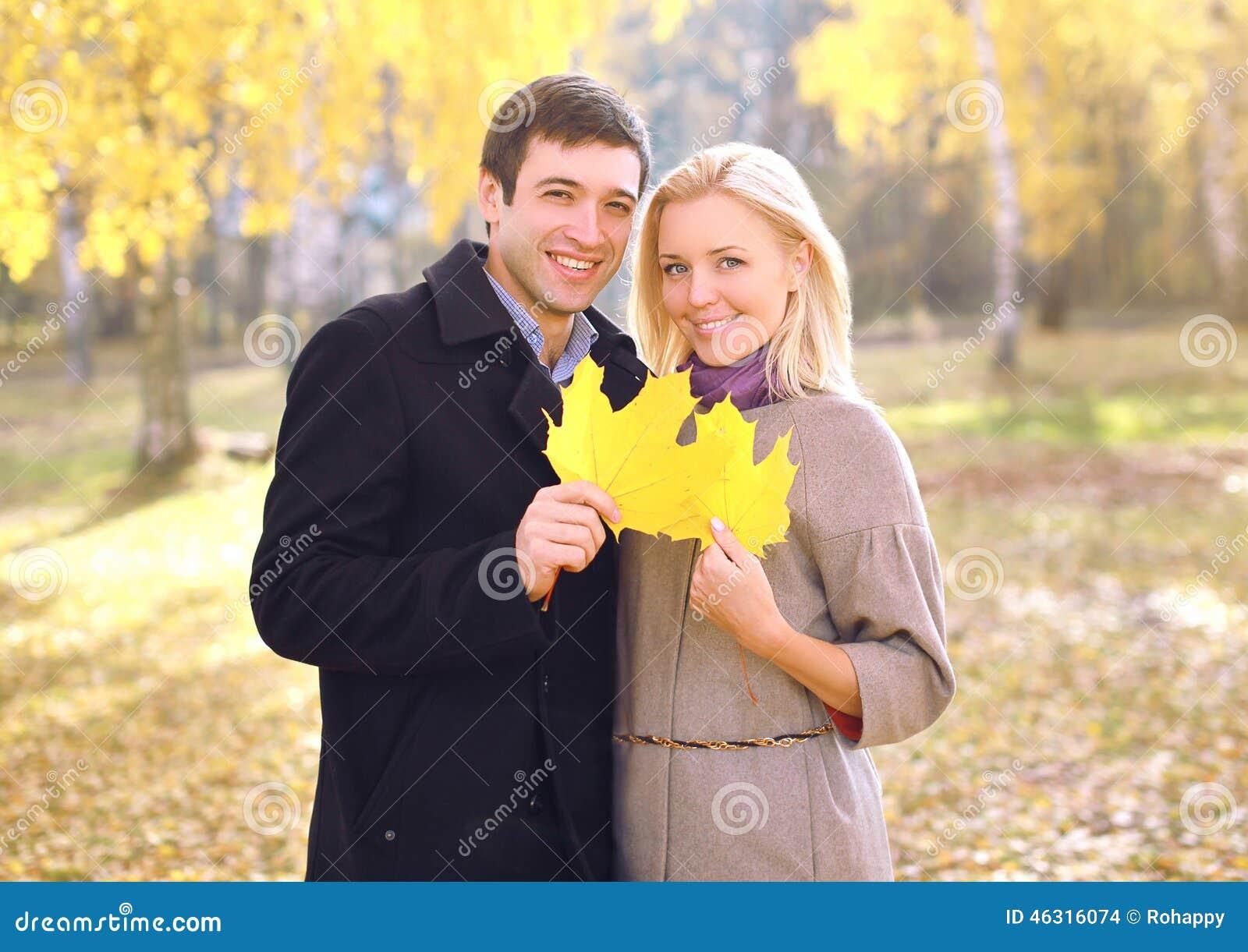 秋天、爱、关系和人概念-画象夫妇
