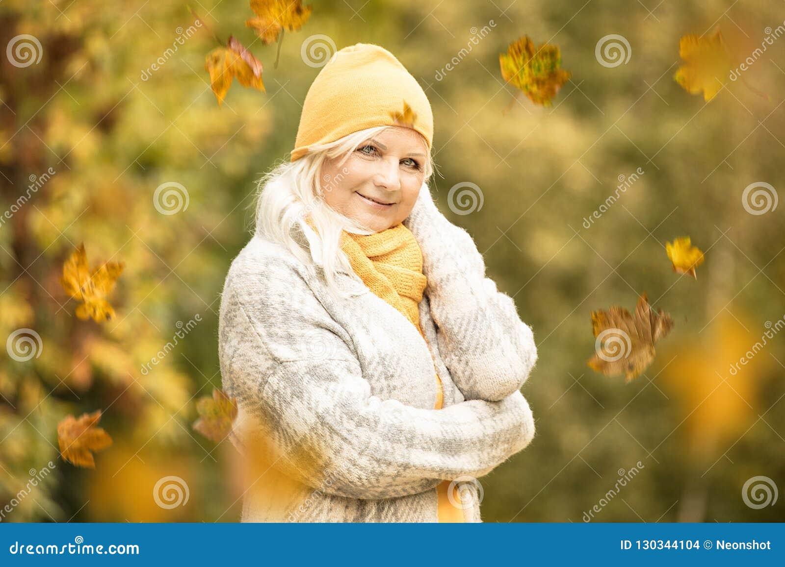 秋天公园前辈妇女