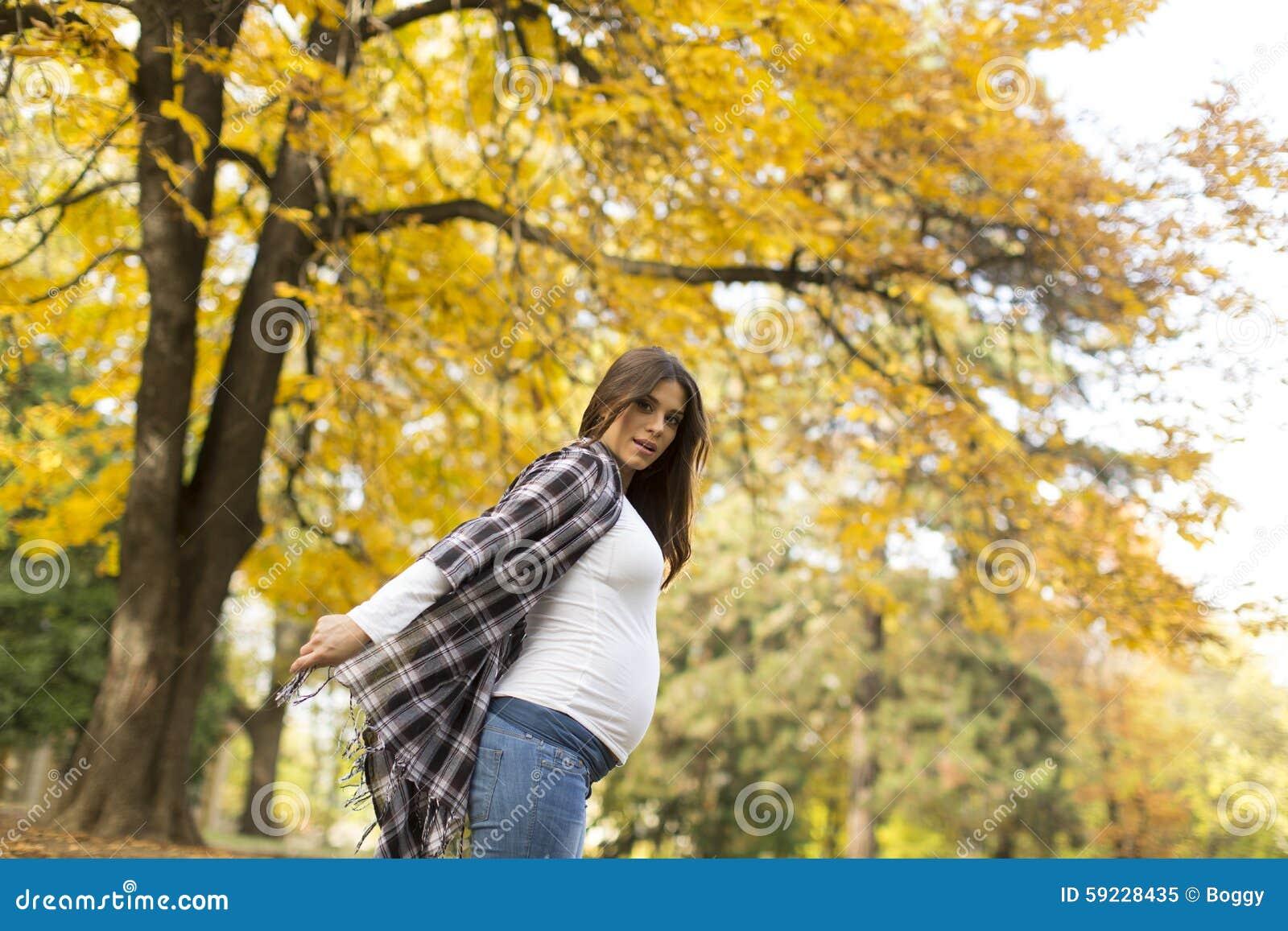 秋天公园孕妇