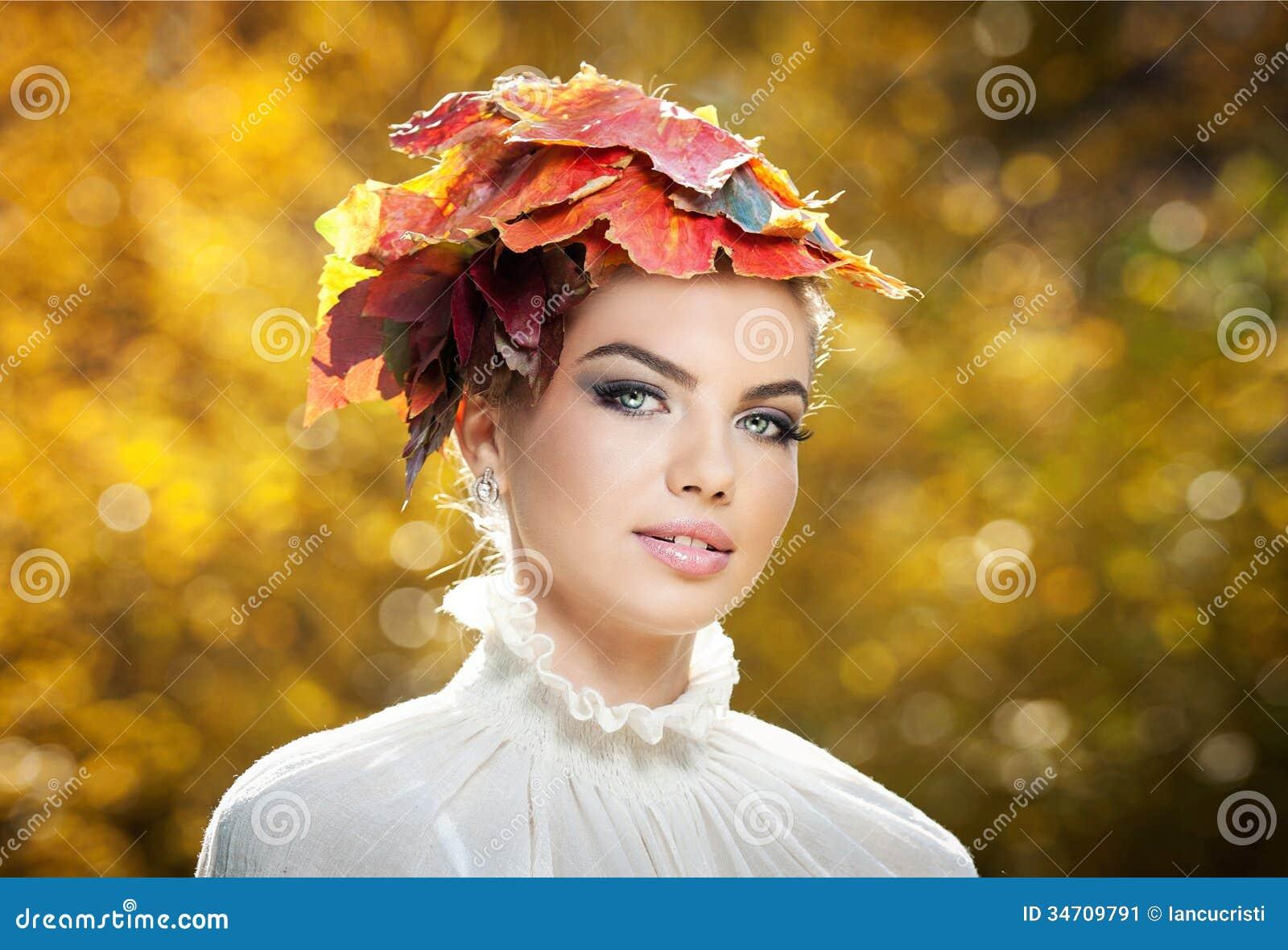 秋天妇女。美好的创造性的构成和发型在室外射击。秀丽有秋季的时装模特儿女孩组成和头发