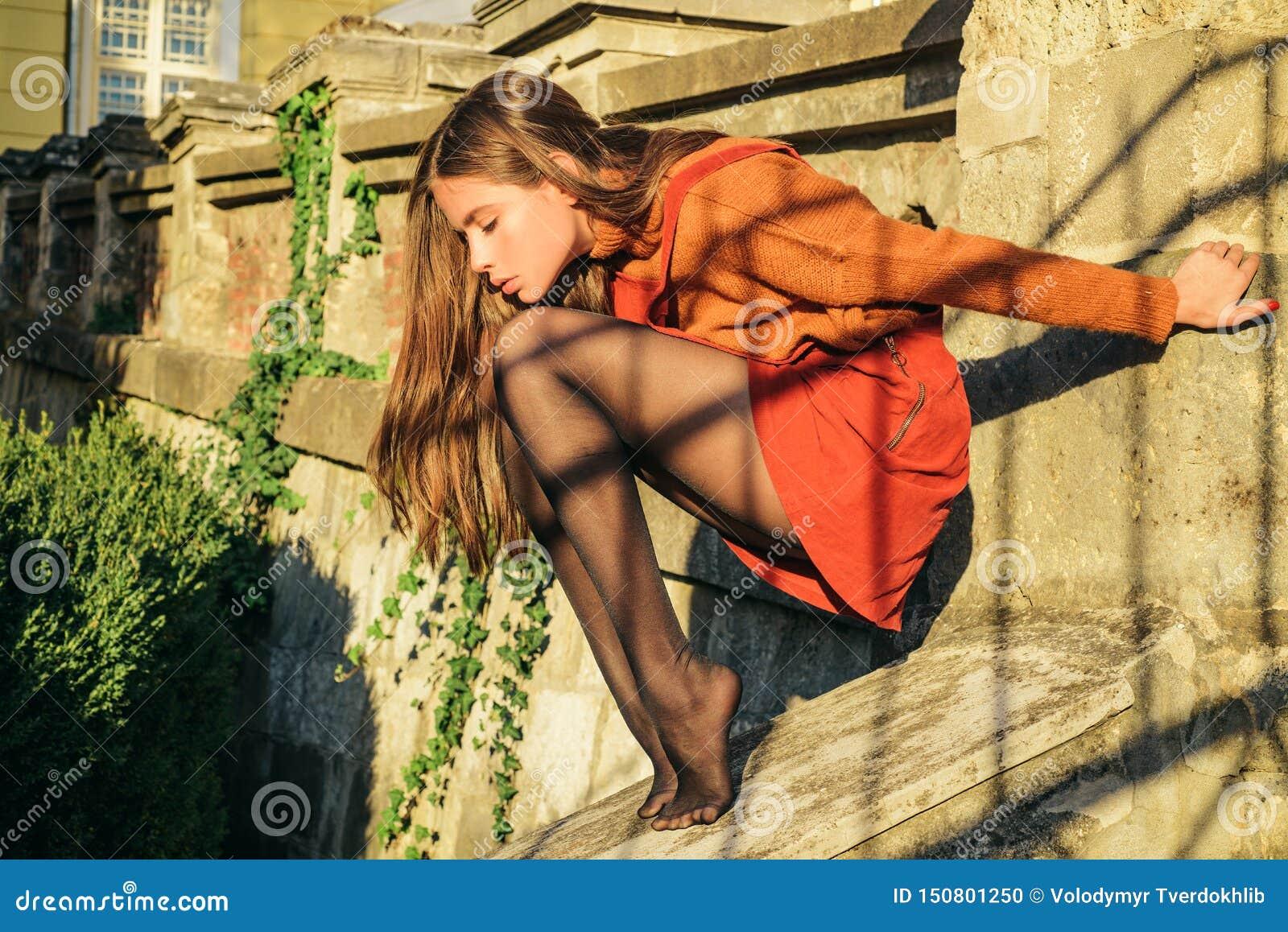 秋天成套装备 现代时尚成套装备 r 裙子的俏丽的妇女和长袜坐台阶建筑学