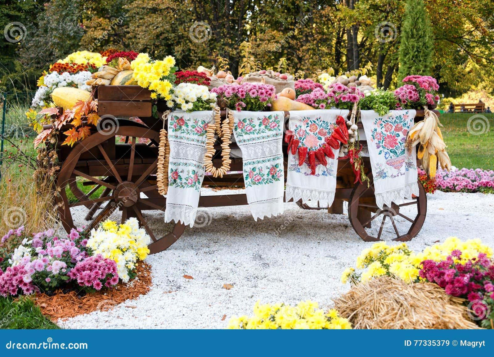 秋天收获了在传统乌克兰农村土气无盖货车的菜