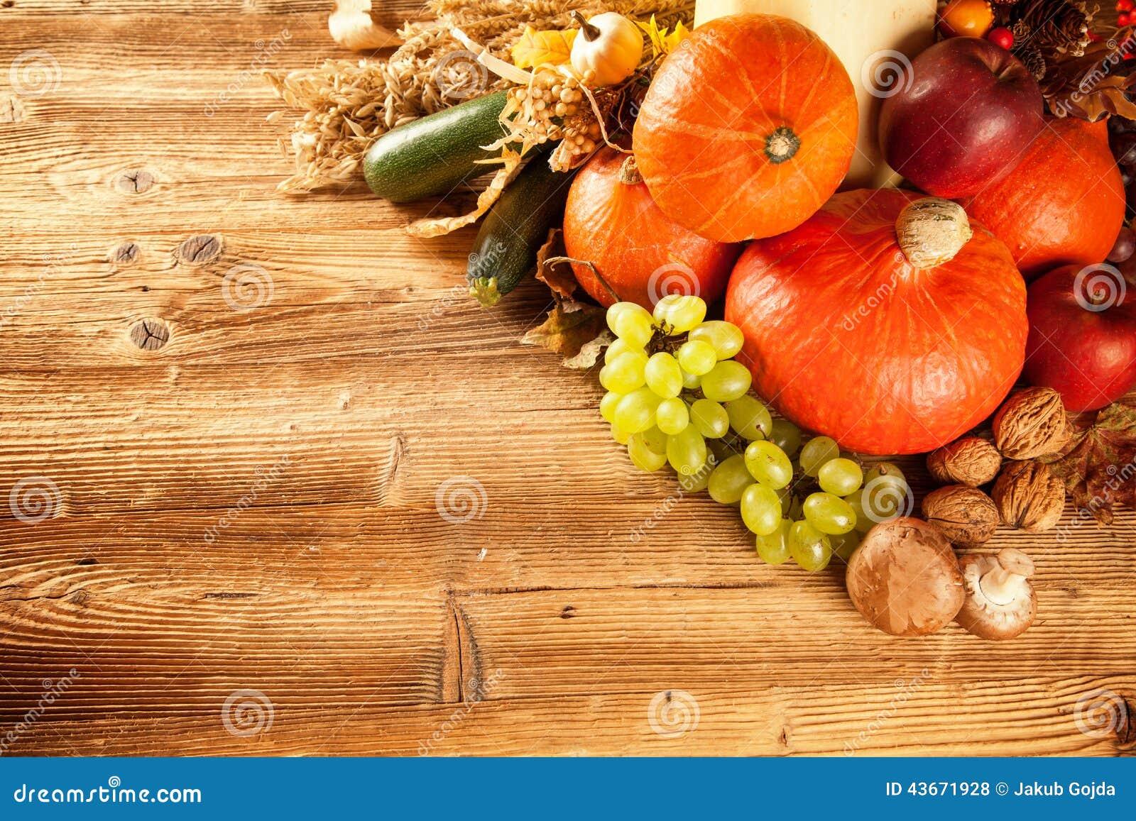秋天收获了水果和蔬菜在木头