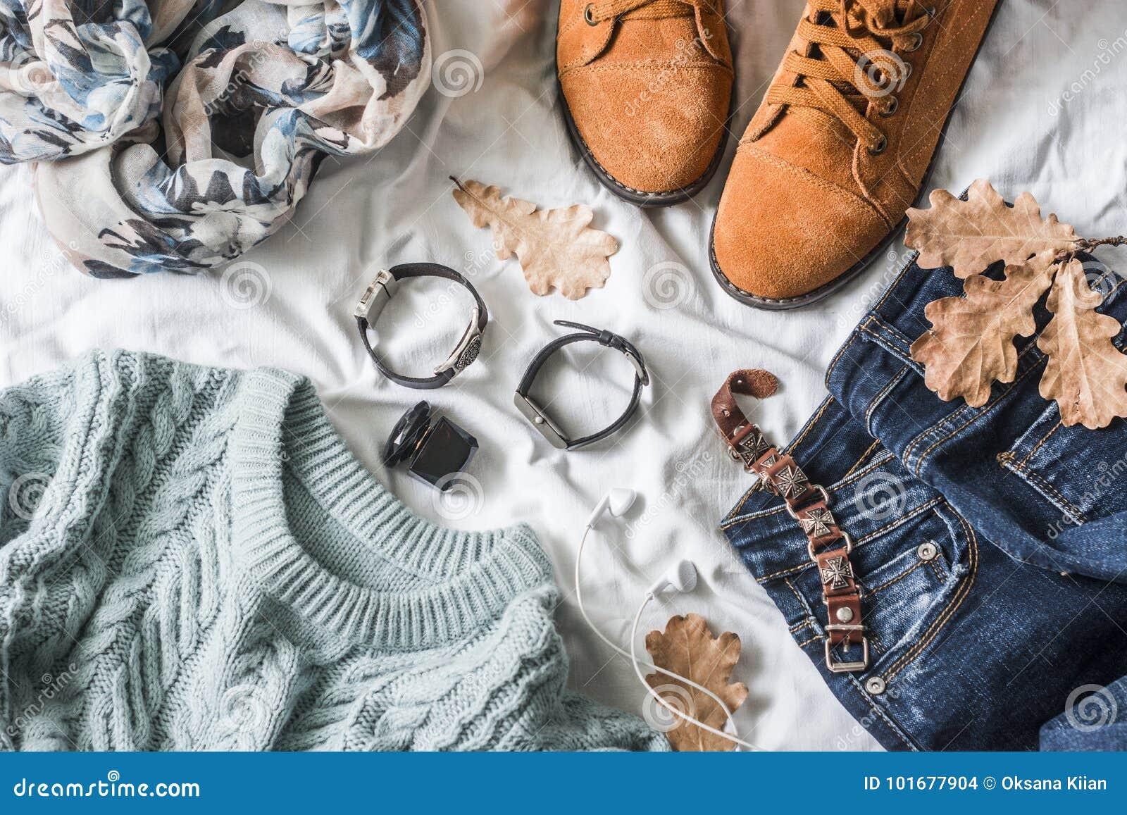 秋天的平的位置妇女` s衣物走,顶视图 布朗绒面革起动,牛仔裤,一件蓝色套头衫,围巾,镯子,手表, headp