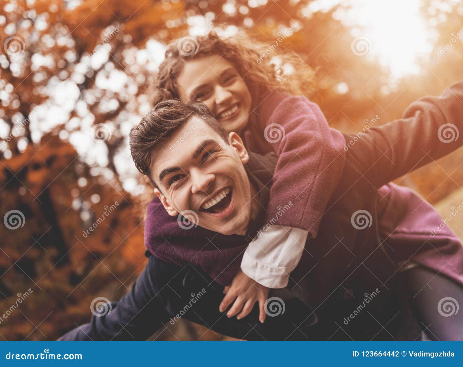 秋天的愉快的年轻夫妇