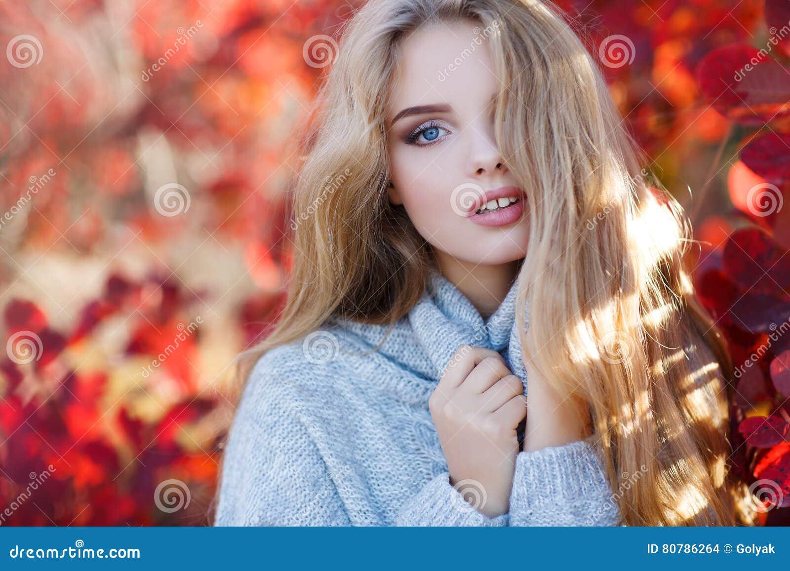 秋天美丽的公园妇女