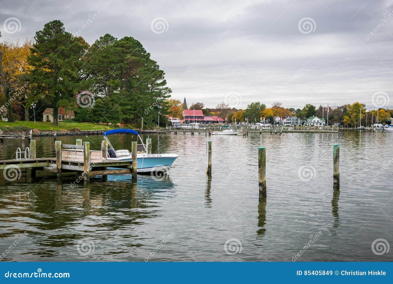 秋天颜色切塞皮克湾岸和港口圣的Michaels