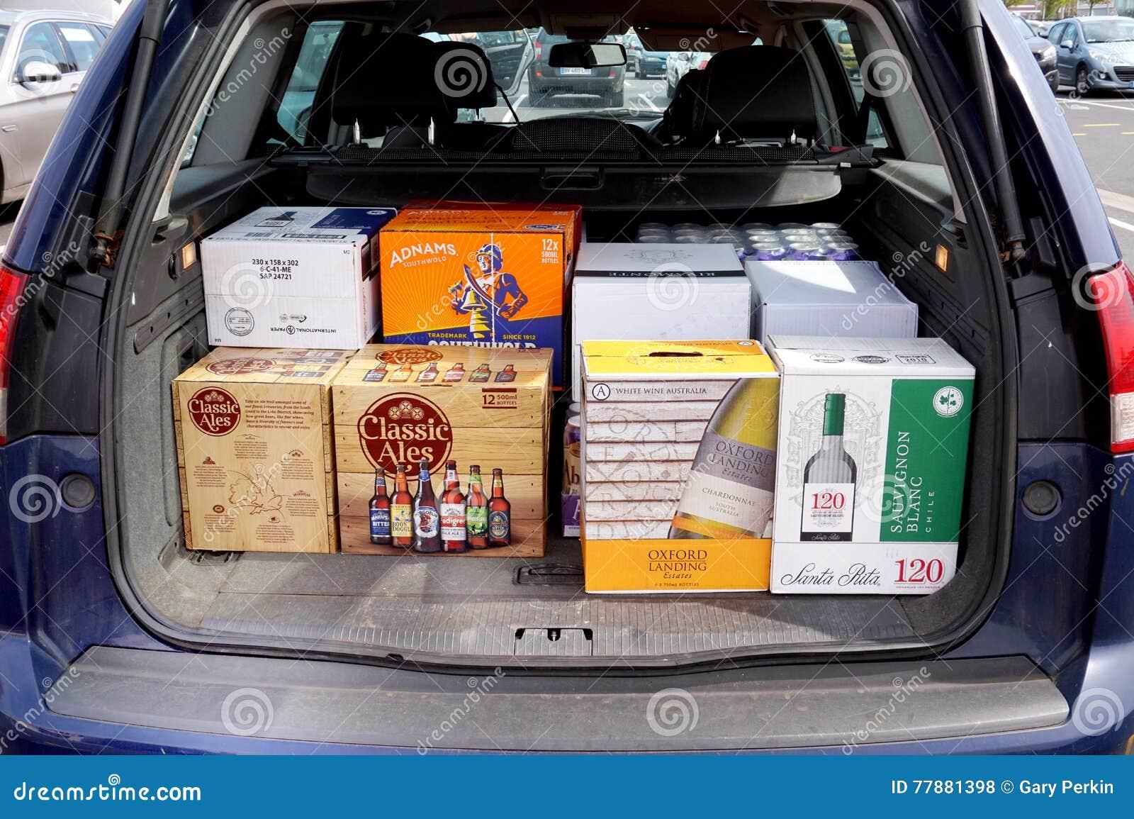 科凯勒,加来海峡省,法国, 2016年5月07日:购物台车用便宜的啤酒和酒装载了