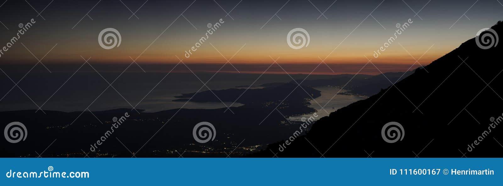 科托尔海湾全景在晚上