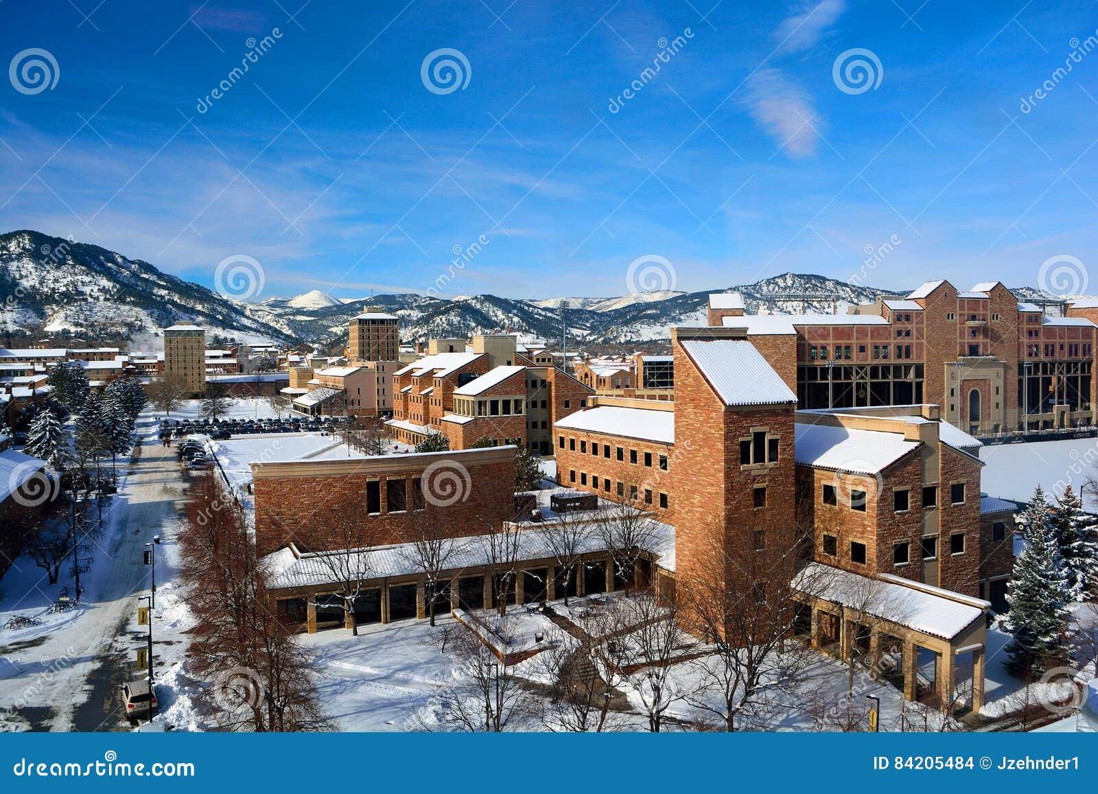 科罗拉多大学巨石城校园在一个斯诺伊冬日