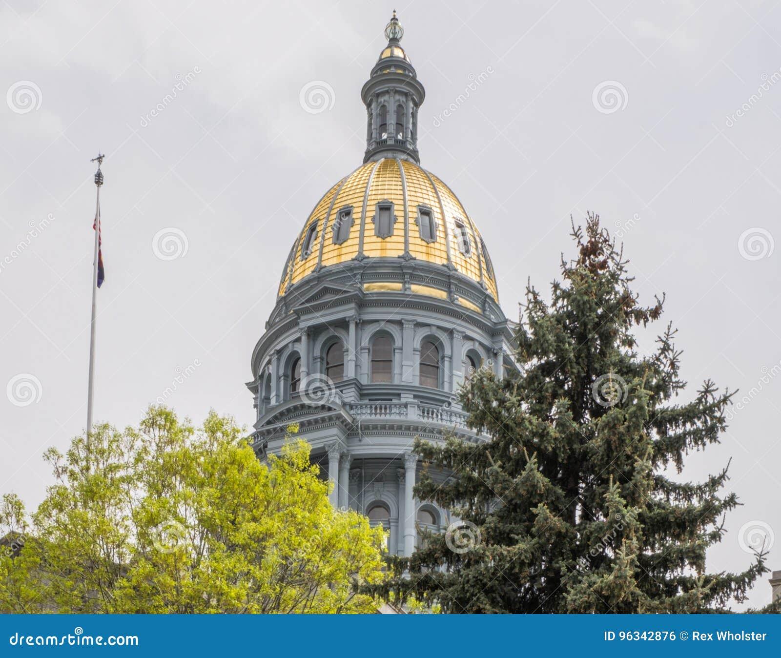 科罗拉多状态国会大厦和旗子
