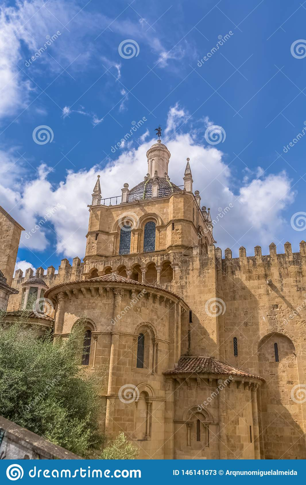 科英布拉/葡萄牙- 04 04 2019年:科英布拉大教堂,科英布拉城市和天空哥特式大厦的侧向门面看法