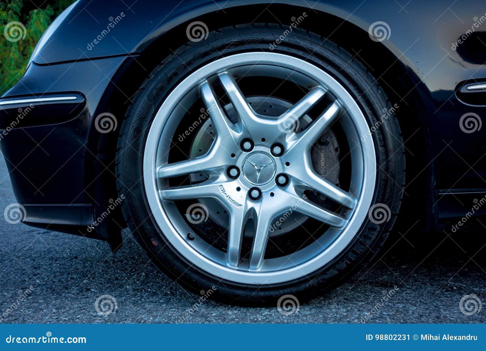 科鲁Napoca/罗马尼亚- 2017年8月27日:奔驰车C类AMG合金在18英寸转动