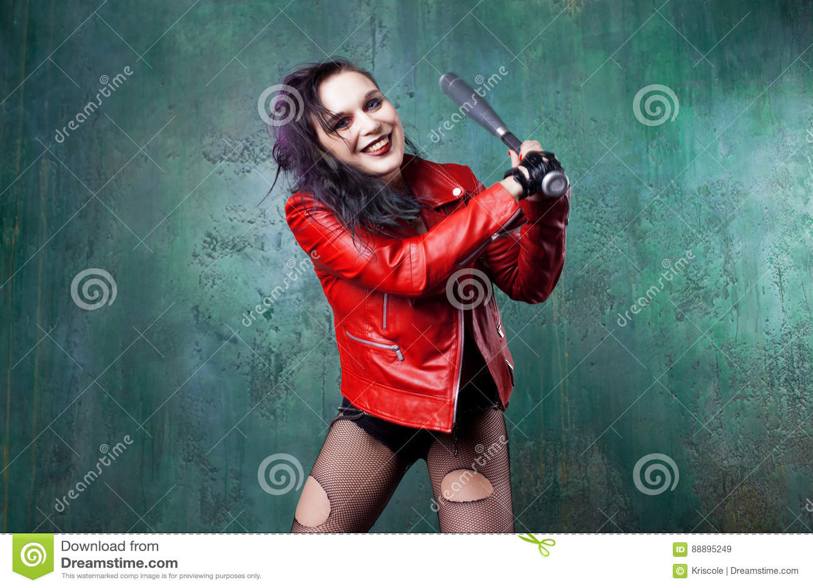 积极的低劣的妇女罢工某人有一根棒的,在红色皮夹克