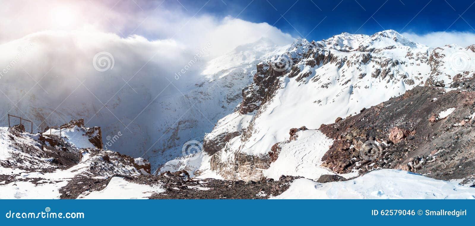 积雪的山全景