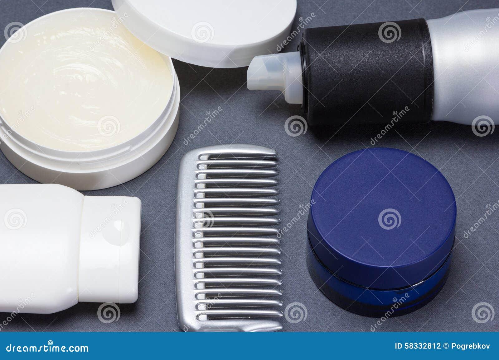 称呼与梳子的头发产品在灰色背景