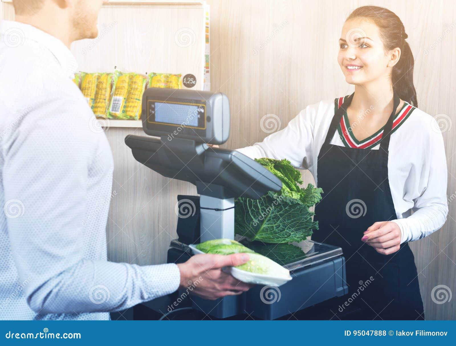 称圆白菜的售货员帮助的顾客