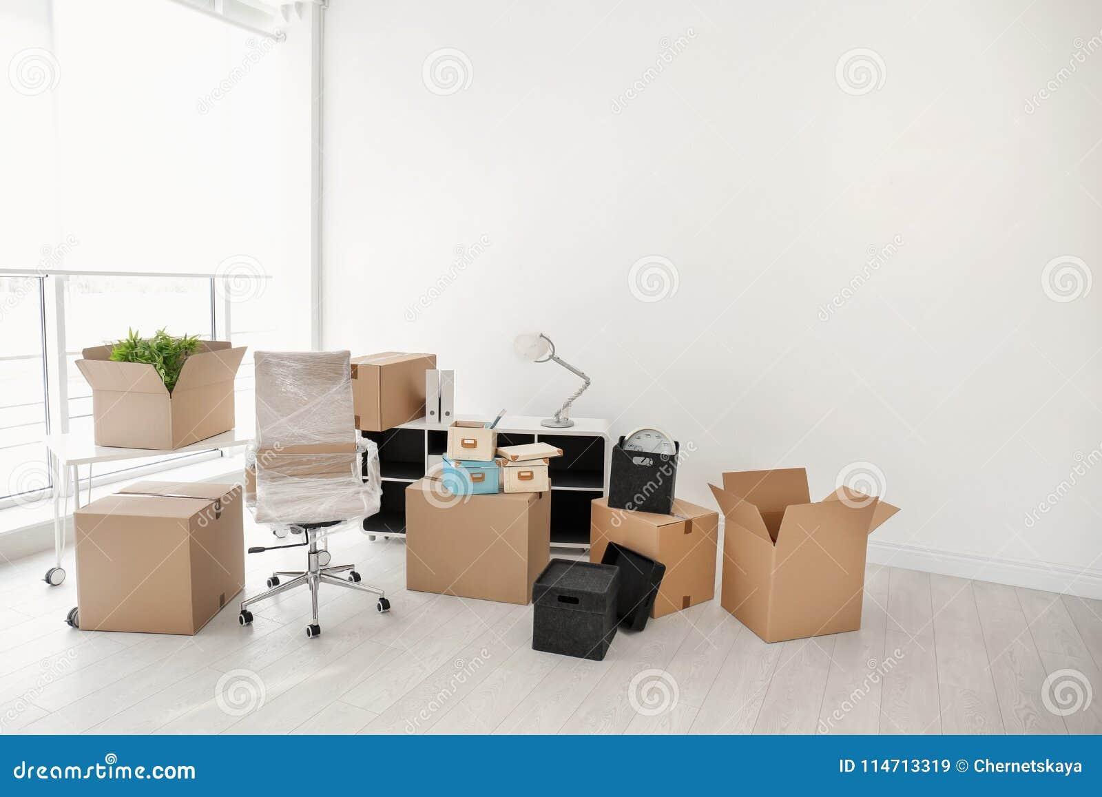 移动的箱子和家具在办公室