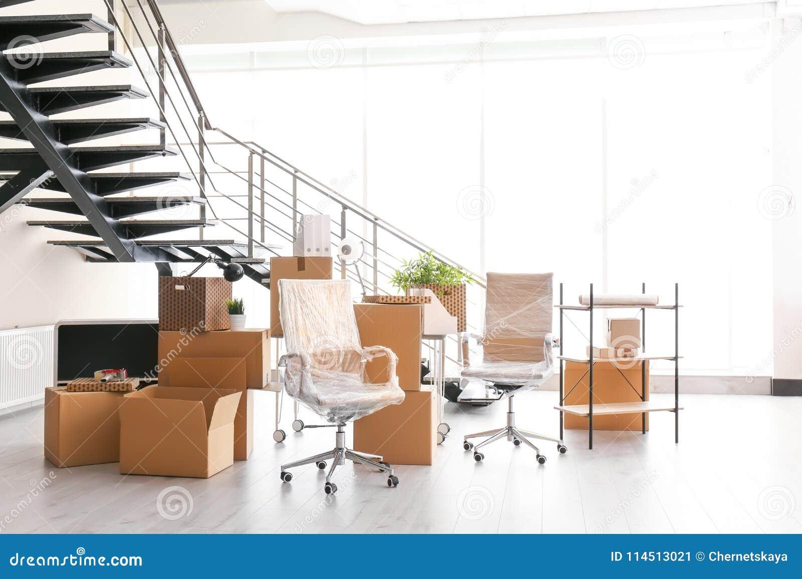 移动的箱子和家具