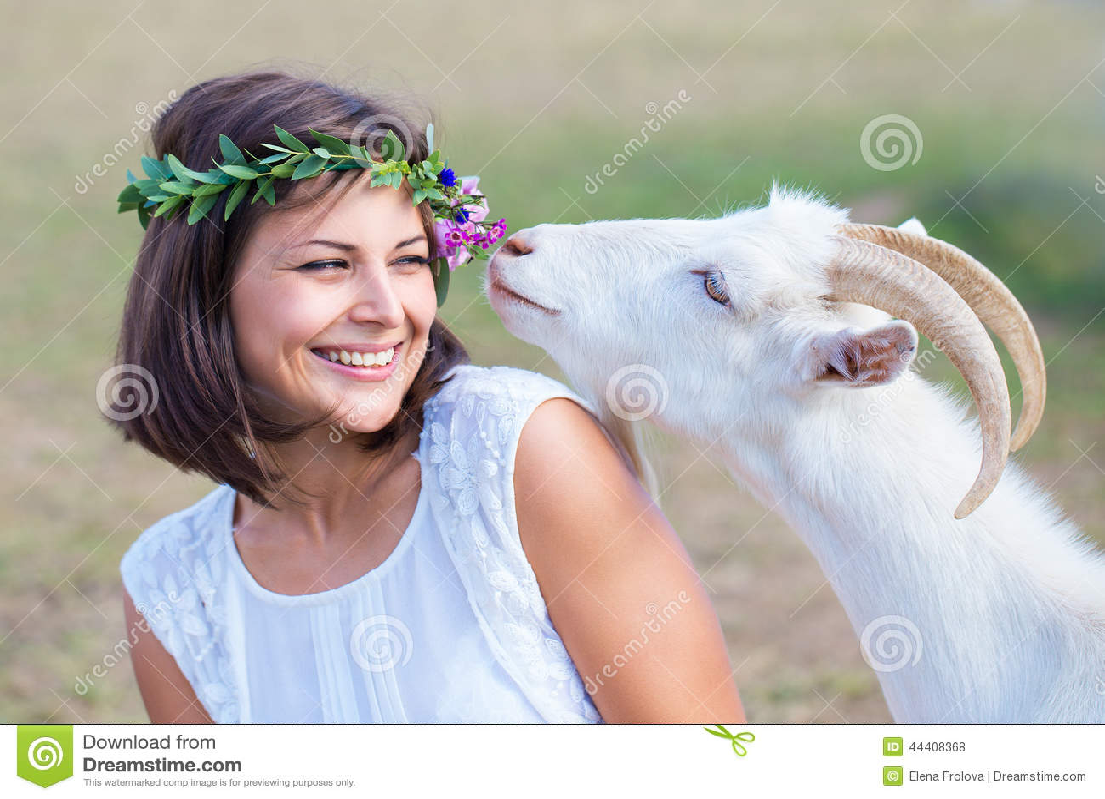 滑稽的图片有一个花圈的一位美丽的女孩农夫在她