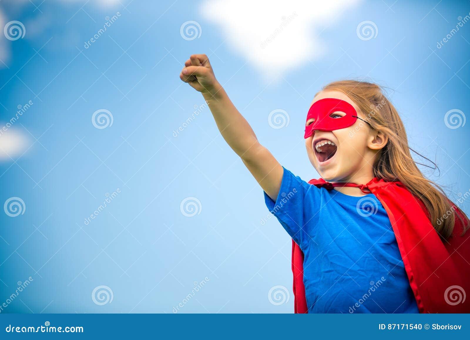 滑稽的小女孩plaing的力量特级英雄