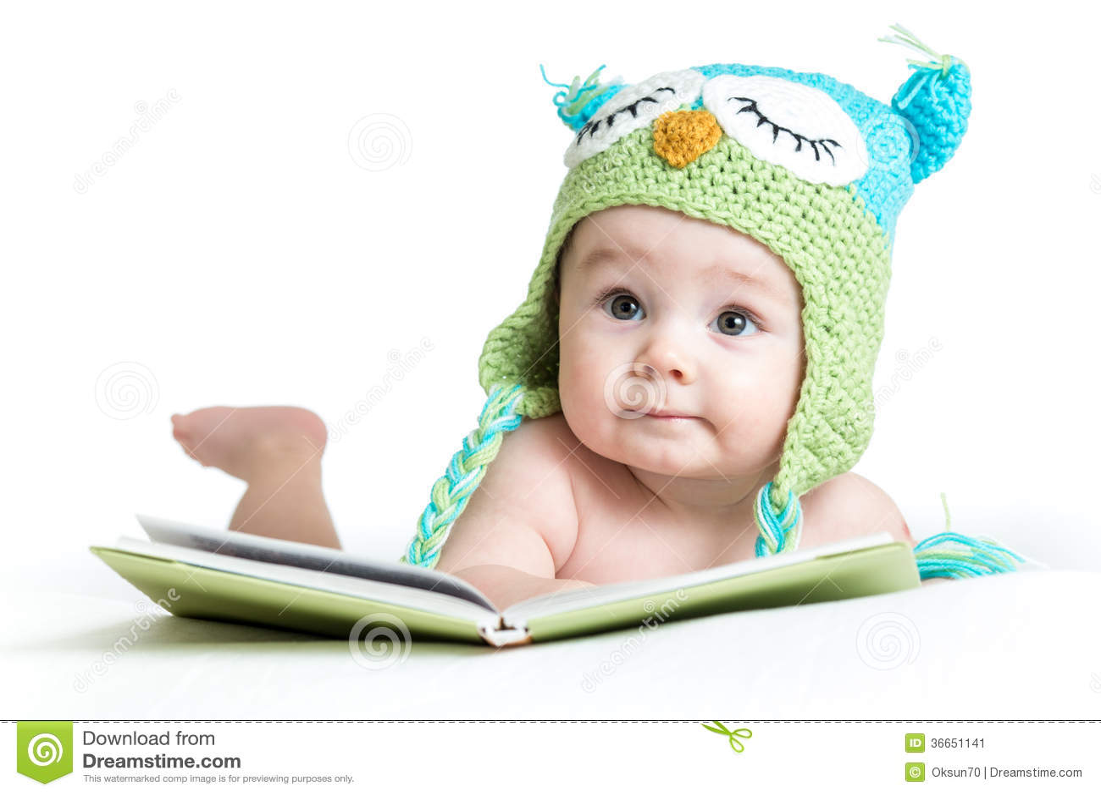 滑稽的被编织的帽子猫头鹰的婴孩与书