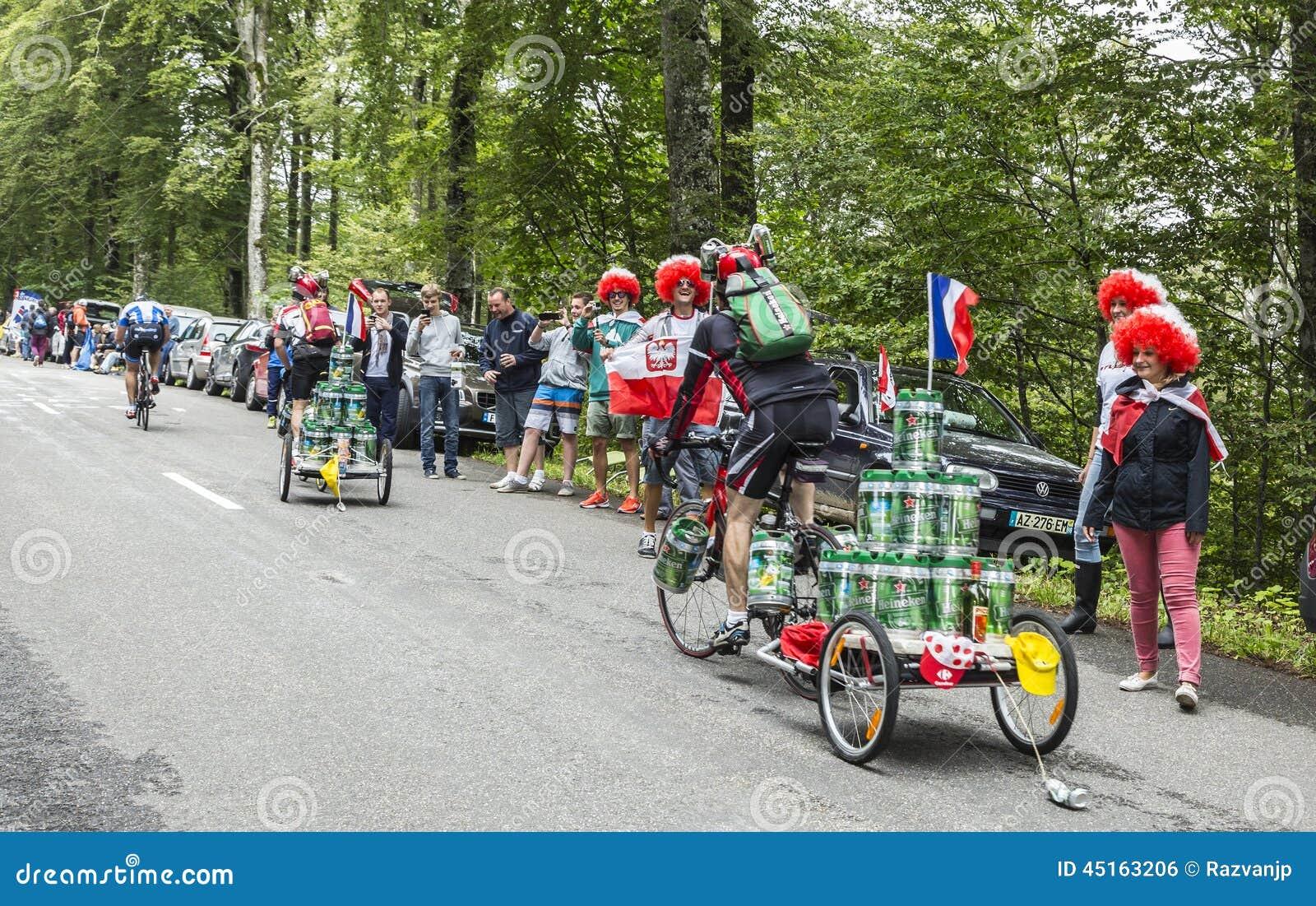 滑稽的非职业骑自行车者